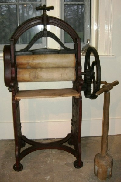photograph of an old-fashioned clothes wringer (mangle)