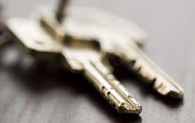 image of house keys on hall table